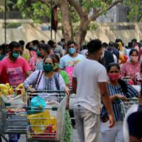 """Hospitais indianos lutam contra o aumento """"caótico"""" enquanto as infecções diárias de vírus atingem 200.000"""