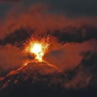 Vulcão Fuego na Guatemala entra em erupção expelindo jatos de lava e fumaça